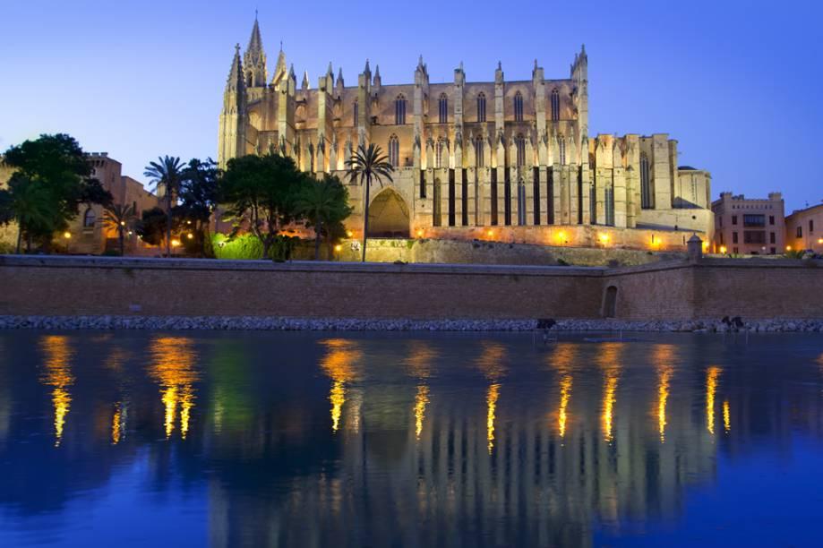 A enorme Catedral Gótica, na capital de Maiorca, Palma, foi reformada por Gaudí