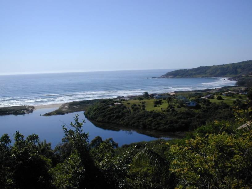 Apesar da infraestrutura hoteleira e gastronômica desenvolvida, ainda não há agência bancária ou caixa eletrônico na Praia do Rosa