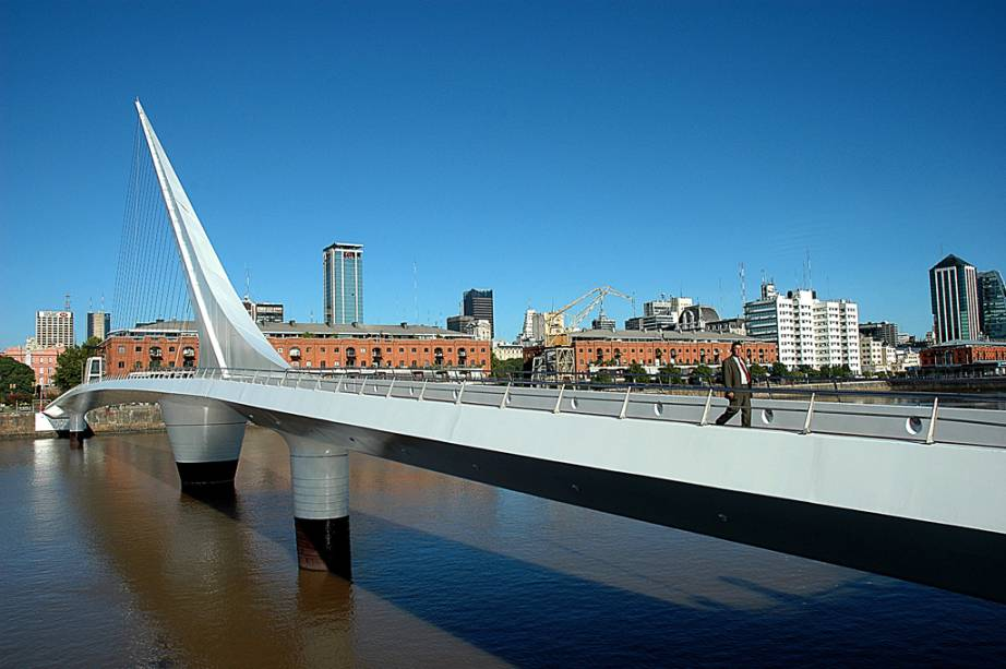 A Puente de la Mujer, em Puerto Madero, foi projetada pelo arquiteto espanhol Santiago Calatrava e é exclusiva para pedestres. O autor, o arquiteto espanhol Santiago Calatrava, teria se inspirado em um casal dançando tango