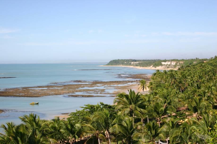 Os atrativos da Praia do Espelho são muitos, desde as falésias, o mar azul e os corais até o charme dos gazebos com almofadas de chita nas barracas