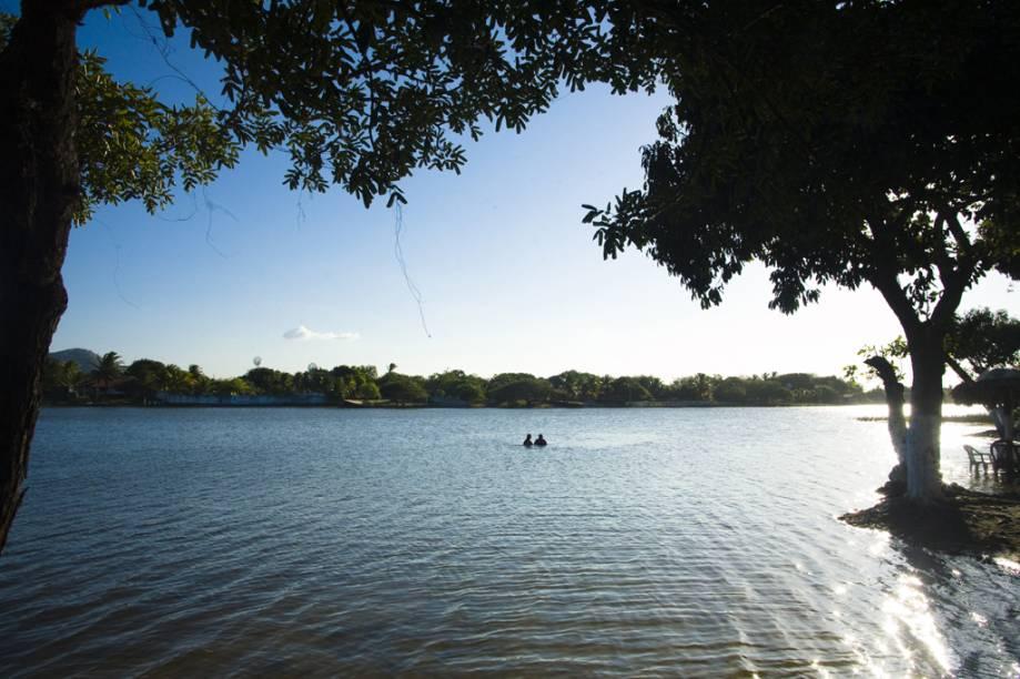 Tranquila, a Lagoa do Banana tem águas cristalinas e barracas instaladas quase dentro d´àgua