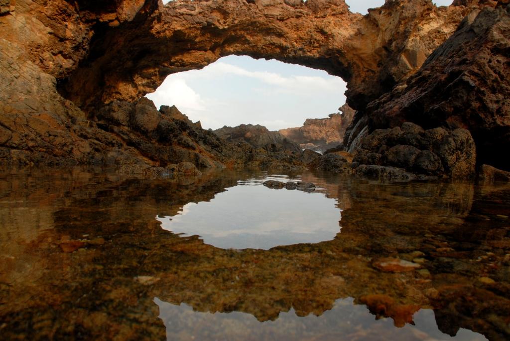 Formações de pontes naturais podem ser vista em diversos pontos de Aruba, como essa em Seroe Colorado