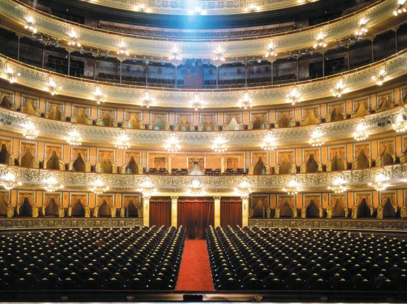 O Teatro Colón abriga apresentações de ópera, balé e concertos. A sala principal, em formato de ferradura, tem sete andares de camarote