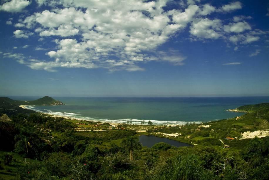 Para conhecer a Praia do Rosa o ideal é deixar o carro de lado e caminhar pelas ruas de terra, algumas estreitas e íngremes
