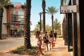 Uma das calçadas em frente ao Florida Mall, o maior shopping center de Orlando