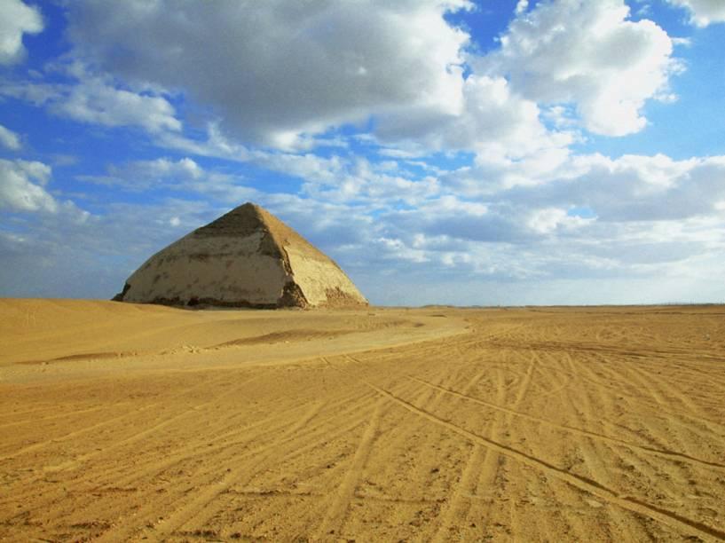 Pirâmide romboidal (Bent pyramid), próxima a necrópolis de Mênfis, Egito