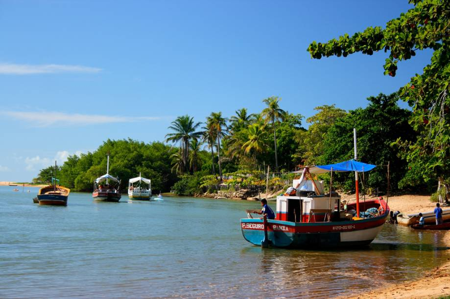 A Praia de Caraíva acompanha toda a vila de mesmo nome, aonde só é possível chegar de barco