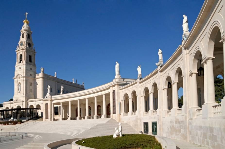O complexo Santuário de Fátima inclui a Basílica, com os túmulos dos três pastorinhos, a Capelinha das Aparições e uma nova igreja, a da Santíssima Trindade
