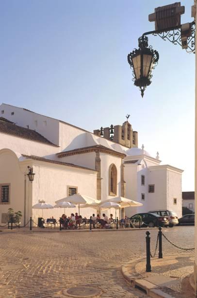 Capital do Algarve, Faro é uma cidade grande com charme de litoral e alma de interior. Tem uma vila medieval, cercada de muralhas, onde os mouros deixaram suas marcas