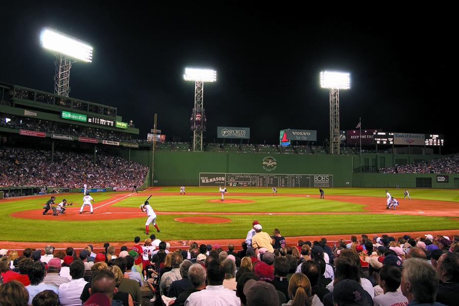 """O famoso estádio <a href=""""http://viajeaqui.abril.com.br/estabelecimentos/estados-unidos-boston-atracao-fenway-park"""" rel=""""Fenway Park"""" target=""""_blank"""">Fenway Park</a> tem mais de 100 anos!"""