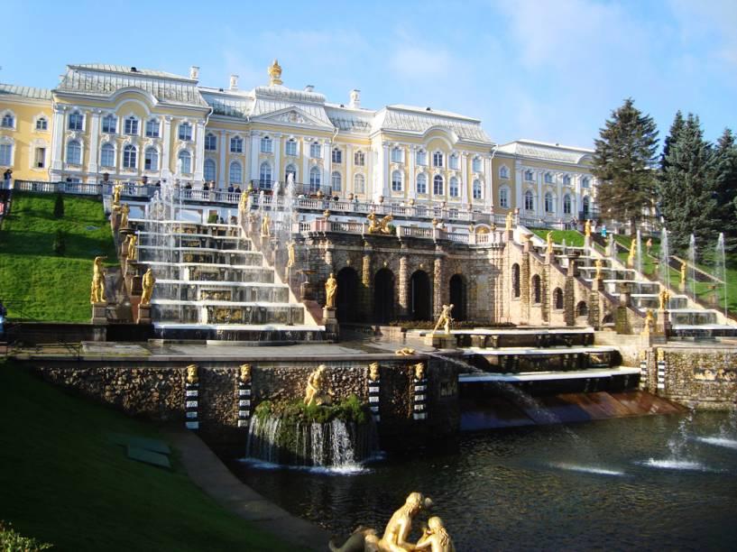 Peterhof, nos arredores de Petersburgo, é uma espécie de Palácio de Versalhes, com um complexo de palácios, jardins e fontes