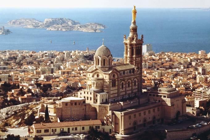 A 154 metros do nível do mar, a basílica de Notre Dame de la Garde, que simboliza Marselha, tem também a vista mais concorrida da cidade, principalmente no pôr do sol