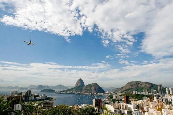 O Morro da Urca e o Pão de Açúcar são duas formações rochosas na entrada da Baía de Guanabara,que servem de mirante para a cidade do Rio de Janeiro