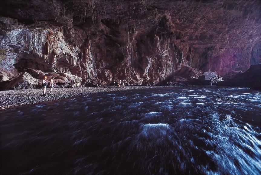 O número é incerto, mas estima-se que o Parque Estadual de Terra Ronca (GO) guarda cerca de 300 grutas. A caverna Terra Ronca 1 tem entrada rente a estrada que atravessa o parque. Seu interior chega a 90 m de altura e desemboca em um altar onde é realizada a Festa do Bom Jesus da Lapa (6 de agosto)
