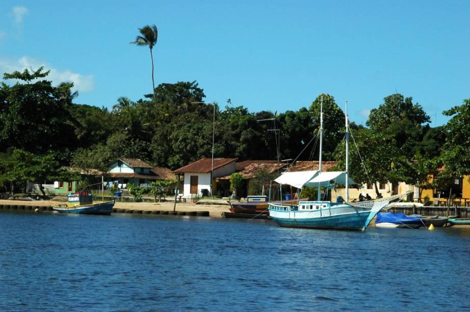 A pequena vila de Caraíva, aonde só é possível chegar de barco, é bastante disputada no verão por turistas em busca de tranquilidade e belas praias