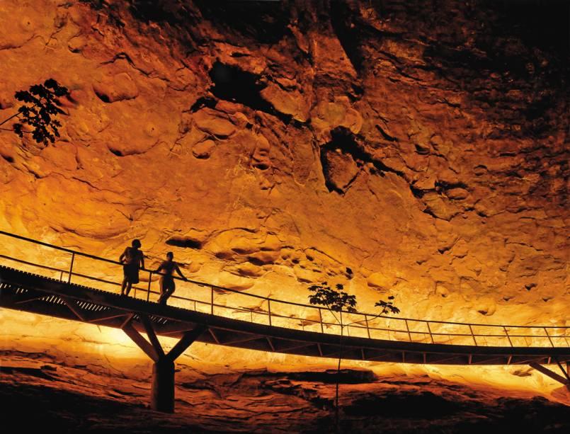 """Atração mais visitada do <a href=""""http://viajeaqui.abril.com.br/cidades/br-pi-serra-da-capivara"""" rel=""""Parque Nacional da Serra da Capivara"""" target=""""_blank"""">Parque Nacional da Serra da Capivara</a>, <a href=""""http://viajeaqui.abril.com.br/estados/br-piaui"""" rel=""""Piauí"""" target=""""_blank"""">Piauí</a>, o Baixão da Pedra Furada tem como principal sítio o Boqueirão da Pedra Furada, onde foram encontrados vestígios de uma fogueira de 50 mil anos"""