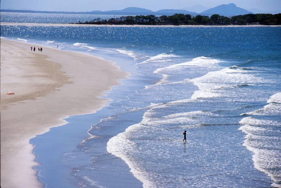 As praias não costumam lotar – há limite de entrada na ilha – e algumas são boas para o surfe