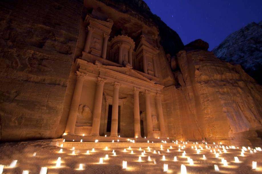 O Tesouro é o primeiro edifício que se avista ao sair desfiladeiro Al-Siq. Com 40 metros de altura, já abrigou a tumba do rei Aretas IV e foi cenário do filme Indiana Jones e a Última Cruzada