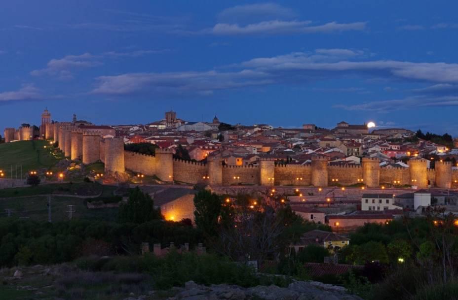 Vista geral da cidade Ávila, com seu bem preservado conjunto de muralhas e torres, construídas a partir do século 11