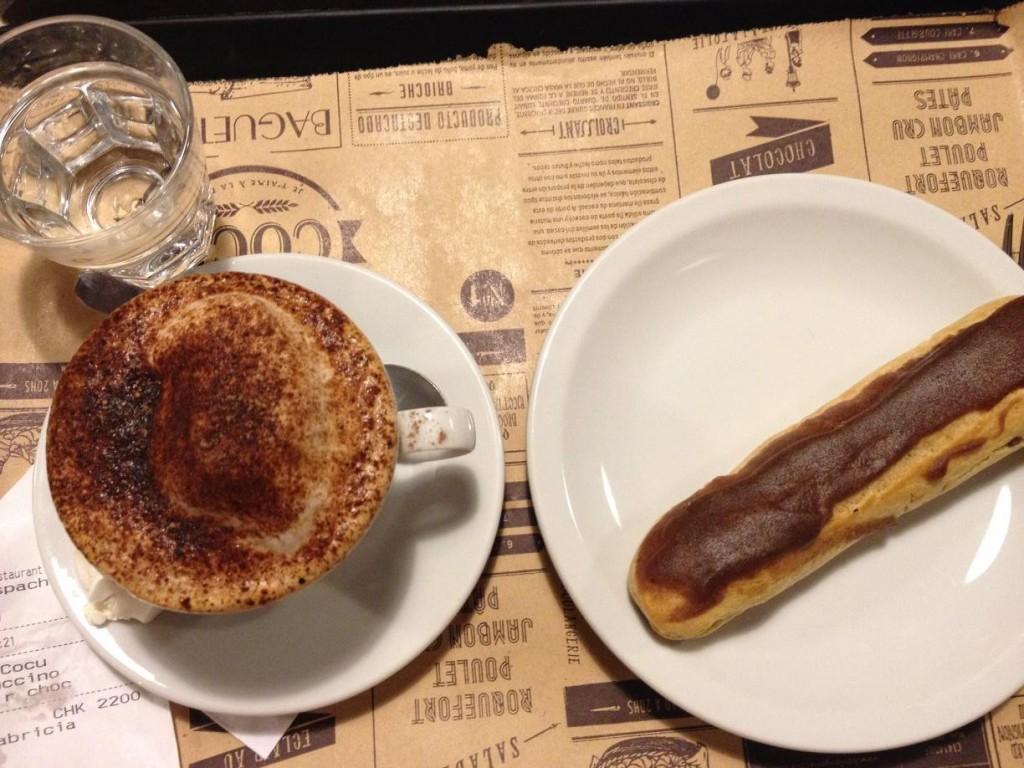 Combinação imbatível: capuccino cremosíssimo e éclair de chocolate da padaria Cocu
