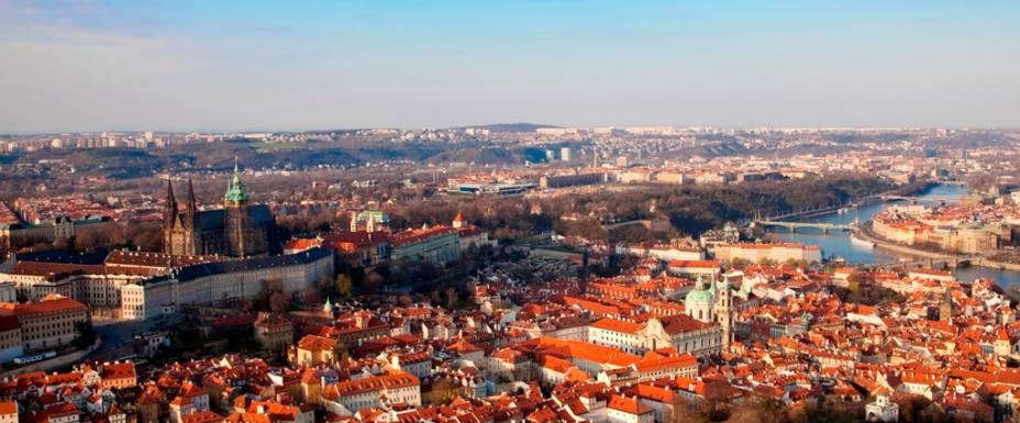 Panorama do Centro de Praga, com o Castelo à esquerda, Malá Strana em primeiro plano e, do outro lado do rio, o bairro judeu de Josefov