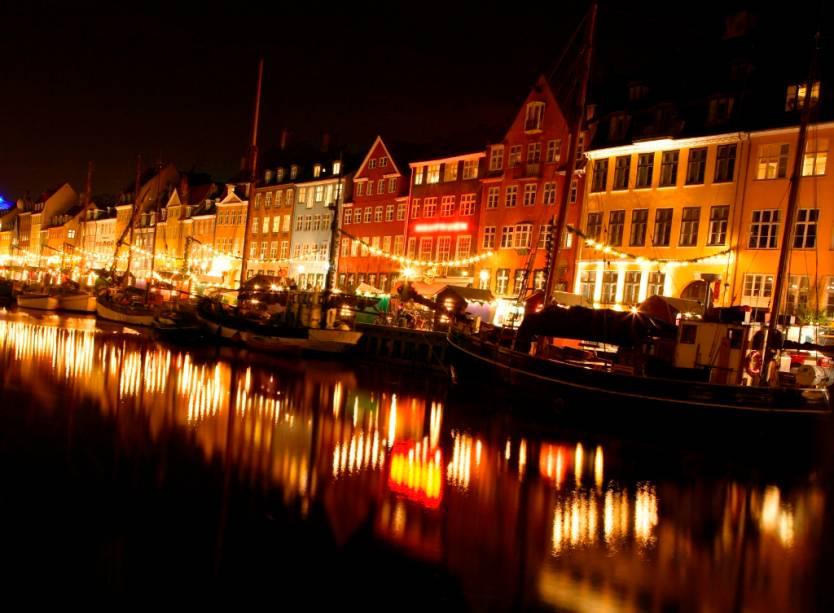 O antigo cais de Nyhavn, em Copenhague, hoje reúne bares e lojas charmosos sob suas casas históricas
