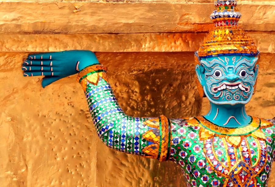 Os yaks são figuras mitológicos que guardam os templos budistas tailandesas e podem ser vistos em todos os principais recintos religiosos do país, como aqui no Wat Phra Kheo, em Bangcoc