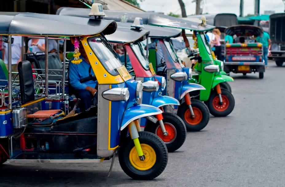 Uma dos meios de transporte mais comuns em todo o Sudeste Asiático são os tuc-tucs, adaptações de motocicletas que levam até dois passageiros. Barulhentos e ágeis, são um meio barato de circular por Bangcoc, caso você não seja explorado por algum motorista mal intencionado
