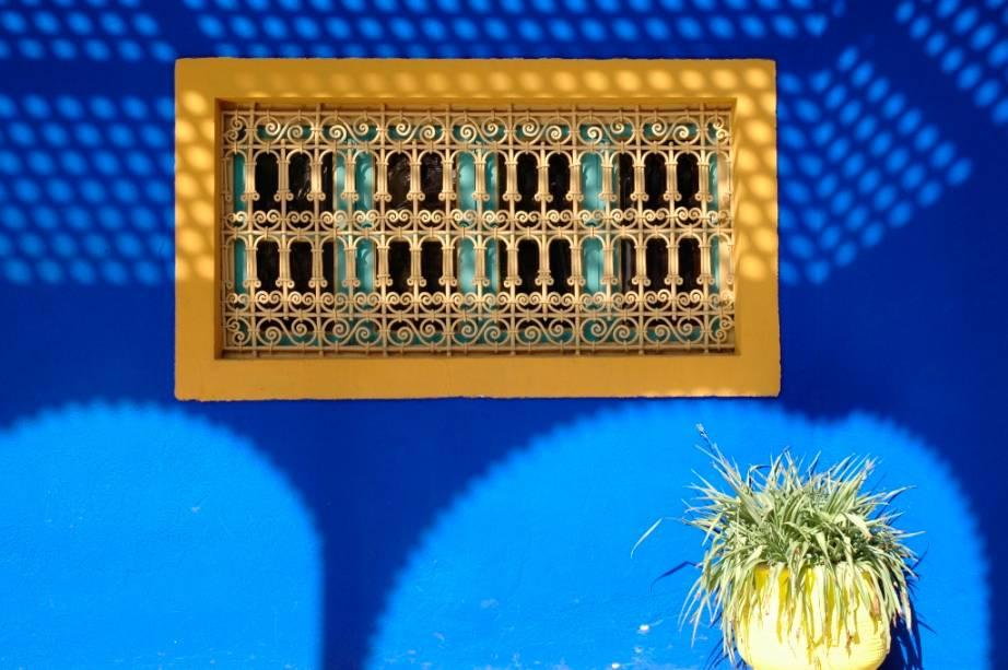 No começo do século 20, o pintor francês Jacques Majorelle se instalou em Marrakesh, construindo um amplo e diversificado jardim com plantas de todo o mundo. Por todos os cantos percebem-se jogos de luz e sombra e fascinantes combinações cromáticas que atrairam a atenção de Yves Saint-Laurent, que adquiriu a propriedade nos anos 80