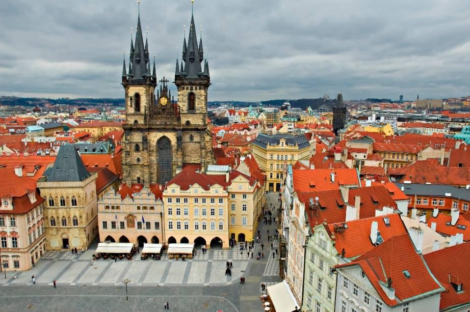 A Praça da Cidade Velha de Praga, dominada pela Igreja de Nossa Senhora de Tyn