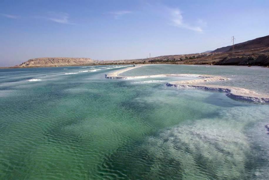 Localizado a 416 metros abaixo do nível do mar, o Mar Morto é o ponto mais baixo da Terra. Suas águas, que se estendem por territórios de Israel, Jordânia e Palestina, são quase dez vezes mais salgadas que as dos oceanos, o que permite flutuar sem nenhum esforço