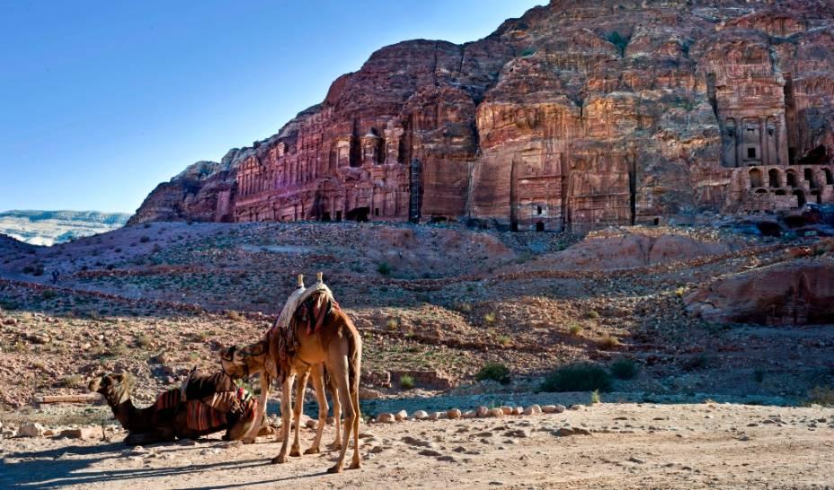 Os mercadores nabateus escavaram na rocha templos, depósitos e tumbas, formando uma verdadeira cidade troglodita
