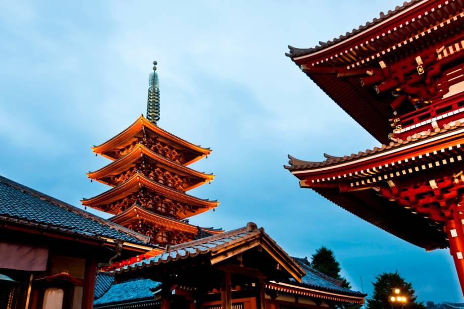 Templo budista Senso-ji, no bairro de Asakusa, Tóquio. Em destaque, à esquerda, o pagode de cinco andares.