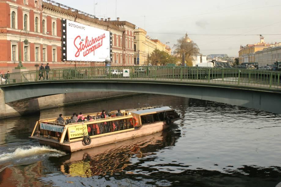Passeio de barco pelos canais do Rio Neva, que corta a cidade e lhe deram o apelido de Veneza do Norte
