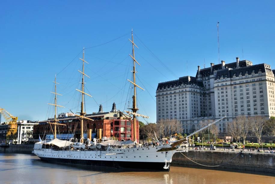 Depois de percorrer o mundo, a Fragata Sarmiento está ancorada no dique 3 de Puerto Madero. O museu flutuante guarda canhões, mapas antigos e até um escafandro (uma armadura de metal que usava-se antigamente para mergulhar)