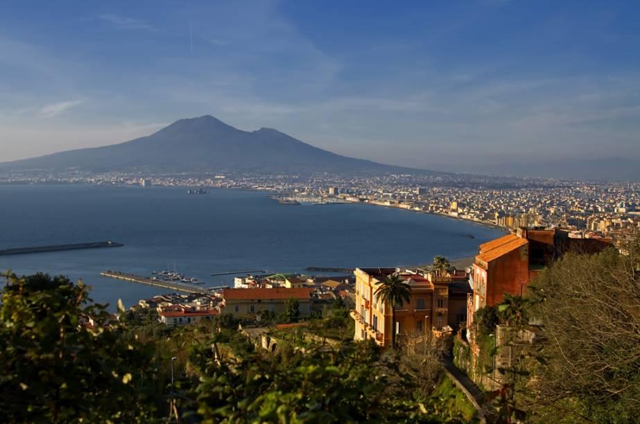 Vista clássica do porto de Napóles, com o Vesúvio ao fundo; para ter esse visual na sua câmera fotográfica, passeie entre os prédios do Teatro San Carlo, do Castel Nuovo e pelos arredores da Piazza del Pebliscito