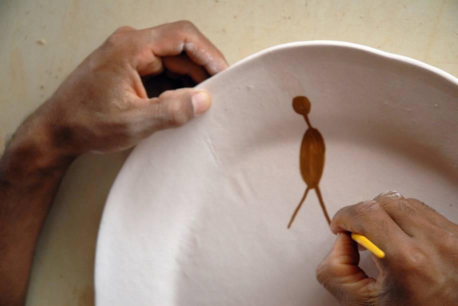 """Produção de cerâmica no <a href=""""http://viajeaqui.abril.com.br/cidades/br-pi-serra-da-capivara"""" rel=""""Parque Nacional da Serra da Capivara"""" target=""""_blank"""">Parque Nacional da Serra da Capivara</a> no Piauí"""
