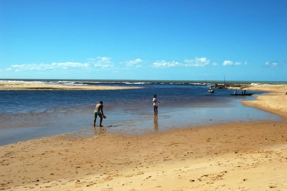 Turistas jogam frescobol à beira do Rio Caraíva