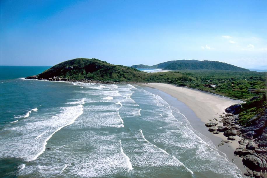 Panorâmica de uma das praias da Ilha do Mel, onde carros não podem circular e não há iluminação pública