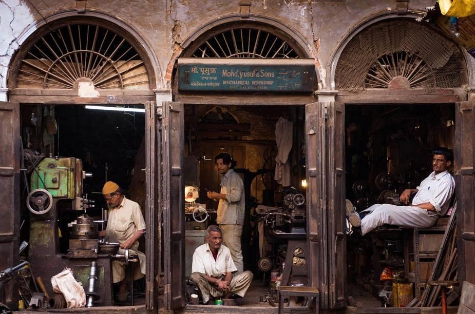 Oficina em Délhi, na Índia - a cidade divide-se entre o novo e o velho, entre o mundano e o sagrado em todos os seus microcosmos