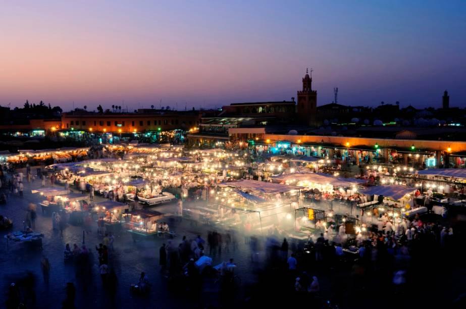 O Jemaa el Fna é uma imensa praça quadrangular na medina de Marrakesh. Durante o dia os transeuntes esbarram em acrobatas e encantadores de serpente, mas quando a noite cai todo o local é tomado por dezenas de barracas que vendem comidas típicas. A incrível atmosfera do local é considerada um patrimônio intangível da humanidade a pela Unesco.
