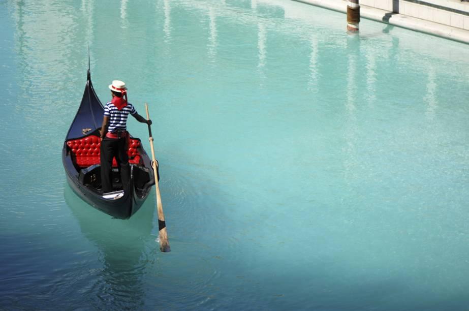 Os canais do Venetian passam pelo interior do resort e fazem alusão a Veneza, na Itália, deixando qualquer visitante louco para dar uma volta de gôndola