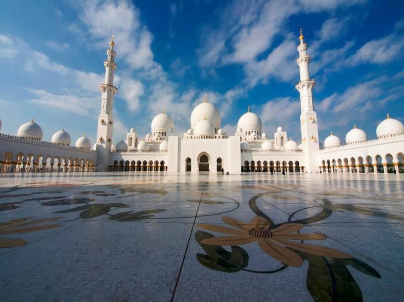 A Mesquita Sheikh Zayed tem o mesmo nome do seu fundador - e os restos mortais do xeique estão enterrados num imponente mausoléu, nas dependências da mesquita