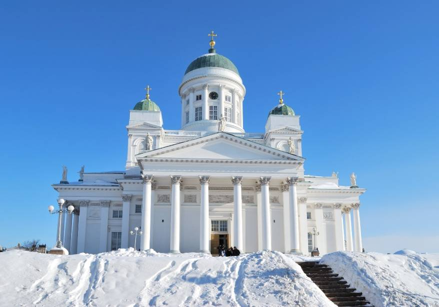 A catedral luterana de Helsinque é um projeto de Carl Ludvig Engel em estilo neoclássico. Dominando a praça do Senado, suas escadas são um ponto de encontro popular na cidade