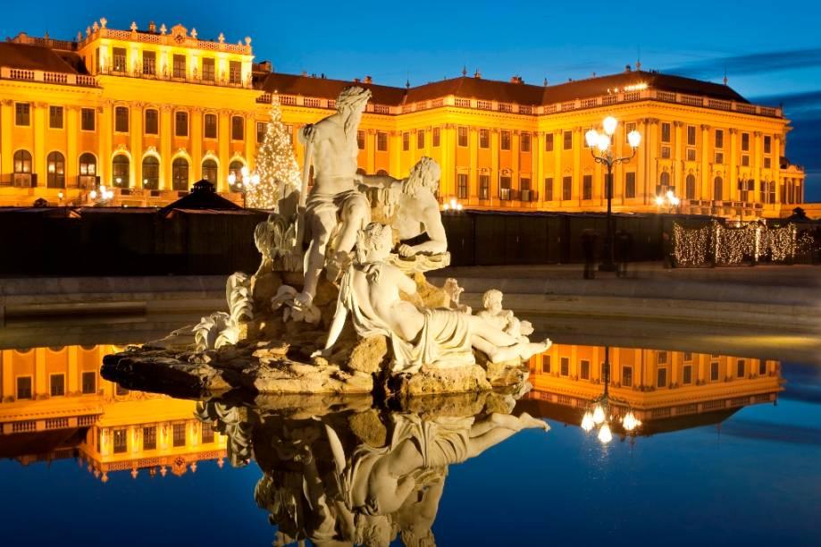 O magnífico palácio de verão dos Habsburgo, o Schönbrunn, é um dos passeios imperdíveis em Viena, não só por seus belos quartos decorados e extensos jardins, mas também por ser uma aula de história em estado puro