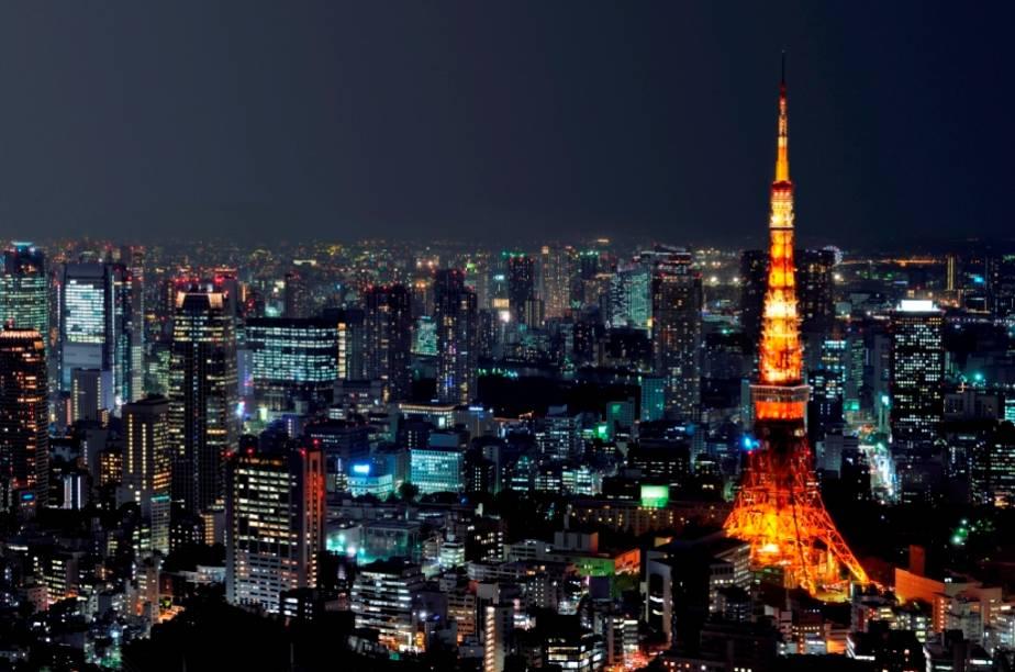 Todos os dias cerca de 2 milhões de pessoas vêm de cidades vizinhas para trabalhar em Tóquio. Em destaque, a Tokyo Tower, com mais de 330 metros de altura
