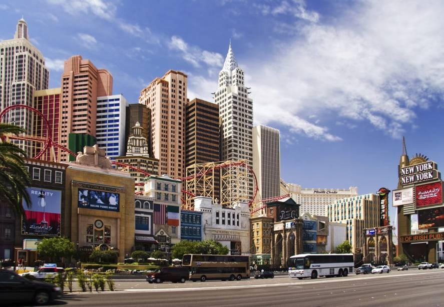 Fachada do hotel e cassino New York New York, em Las Vegas, com uma montanha russa com looping