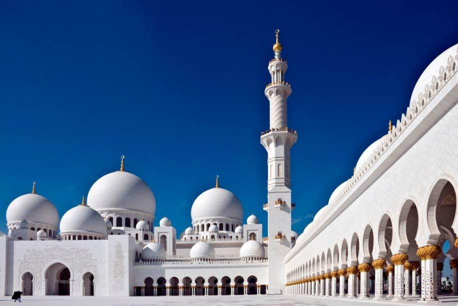 Além do mármore branco, a Grande Mesquita Sheik Zhayed é ricamente decorada com pedras semi-preciosas