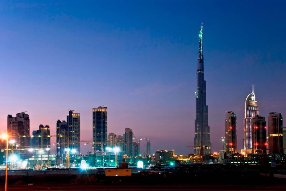 """Skyline de <a href=""""http://viajeaqui.abril.com.br/cidades/emirados-arabes-unidos-dubai"""" rel=""""Dubai"""" target=""""_blank"""">Dubai</a>, dominado pelo Burj Khalifa, o edifício mais alto do mundo"""