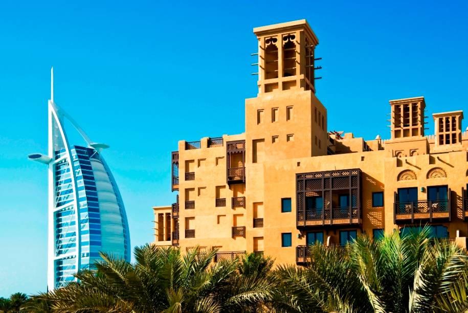 """Dois clássicos da hotelaria local de <a href=""""http://viajeaqui.abril.com.br/cidades/emirados-arabes-unidos-dubai"""" rel=""""Dubai"""" target=""""_blank"""">Dubai</a>, nos <a href=""""http://viajeaqui.abril.com.br/paises/emirados-arabes-unidos"""" rel=""""Emirados Árabes Unidos"""" target=""""_blank"""">Emirados Árabes Unidos</a>: o moderníssimo <a href=""""http://viajeaqui.abril.com.br/estabelecimentos/emirados-arabes-unidos-dubai-hospedagem-burj-al-arab"""" rel=""""Burj al Arab"""" target=""""_blank"""">Burj al Arab</a> (ao fundo) e o clássico <a href=""""http://viajeaqui.abril.com.br/estabelecimentos/emirados-arabes-unidos-dubai-hospedagem-al-qasr"""" rel=""""Al Qasr"""" target=""""_blank"""">Al Qasr</a>"""